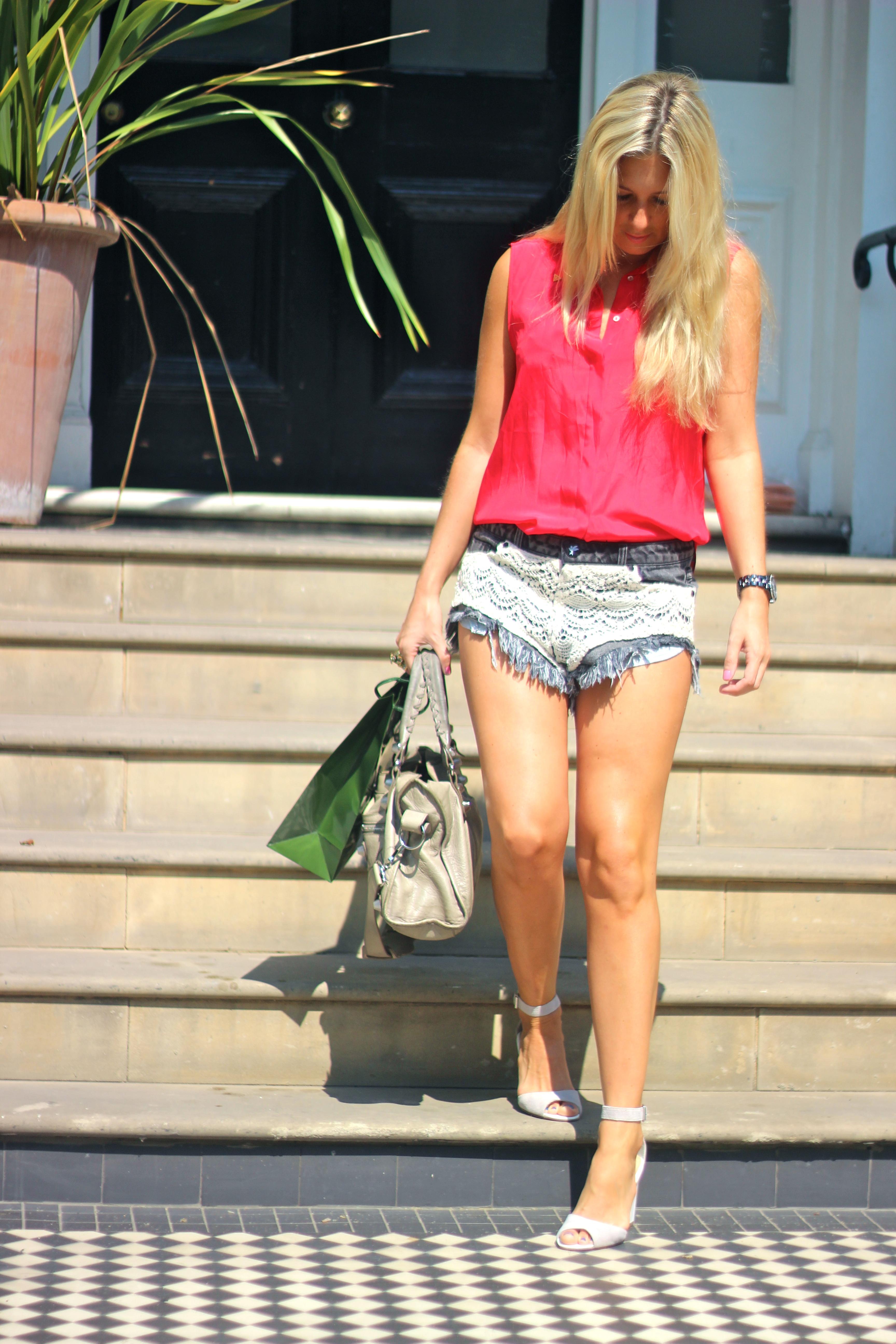 one teaspoon shorts red shirt fashion blogger